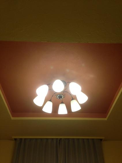 白井の家 天井 紅柄、黄土、黄色顔料入り漆喰との塗り分け